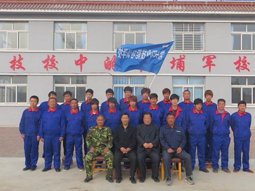 葫芦岛挖掘机培训学校校领导与学员合照
