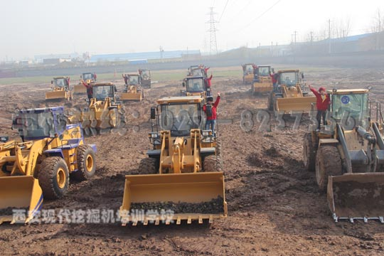 【西安现代挖掘机培训学校 西安最好的挖掘机培训