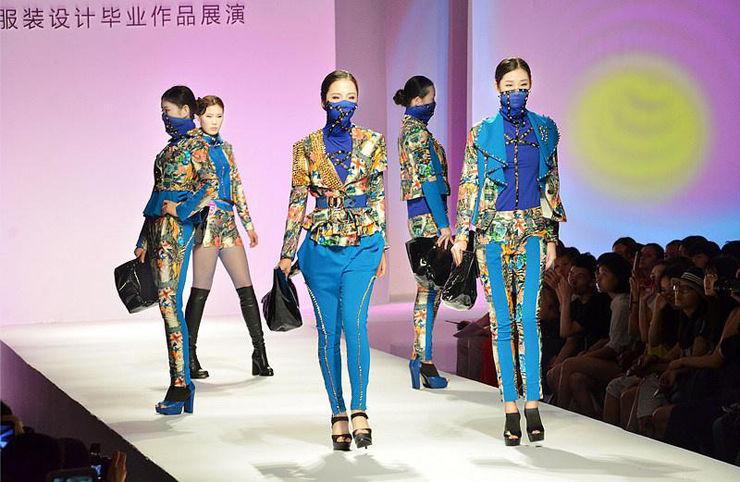 广州香港服装学院是香港政府注册立案的一所国际学院,被誉为中国具影响力服装院校,也是早进入国内的知名服装学院。学院的发展得到了中国纺织教育学会、广东省服装服饰行业协会、广东省服装设计师协会及服装行业的高度认可,培养了一批中国知名时装设计师,如中国十佳服装设计师赵黎霞,广东十佳服装设计师李超、李贵洲、刘艺、沈建英、许素明、周强等均毕业于该院。香港服装学院毕业生中时装设计大师层出不穷,港院的魅力也吸引了中国众多学子来此学习深造。
